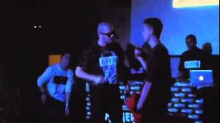 Video, které hýbe internetem: Pošahaný rapper a dětský hrdina Ektor srazil pěstí pořadatele z pódia! Jak to, že má ten člověk občanku?