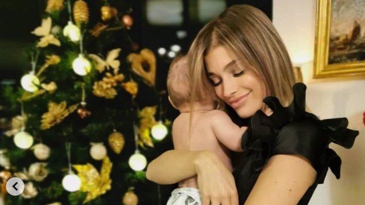 První Vánoce se synem: Jasmina Alagič zapózovala u stromečku s malým Sanelem