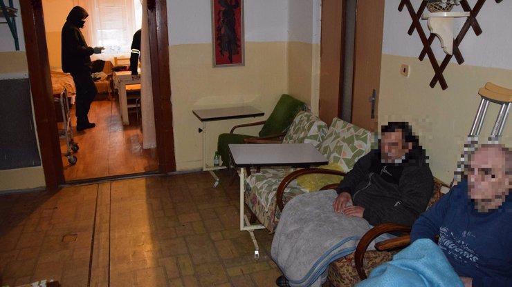 Senioři z domova na Slovensku prosili o jídlo: Nemocní žili ve špíně, chladu a s plísní na zdech