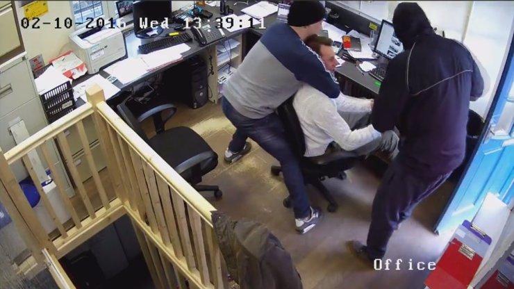 Děsivé záběry: Zloději přepadli muže za bílého dne v kanceláři. Málem přišel o život kvůli HODINKÁM!