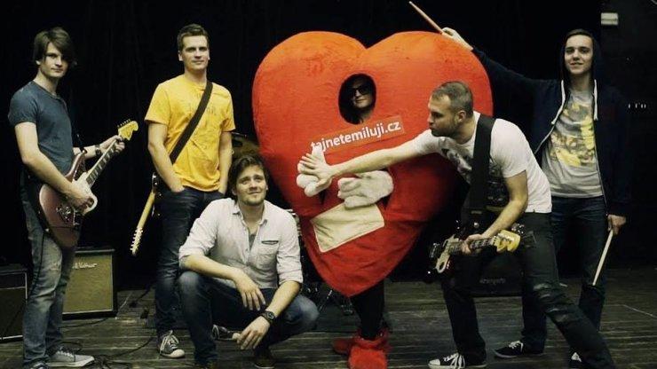 eXkluzivní premiéra klipu, o kterém se bude mluvit: Julián Záhorovský a Sabrage posílají do světa svůj zamilovaný dopis!