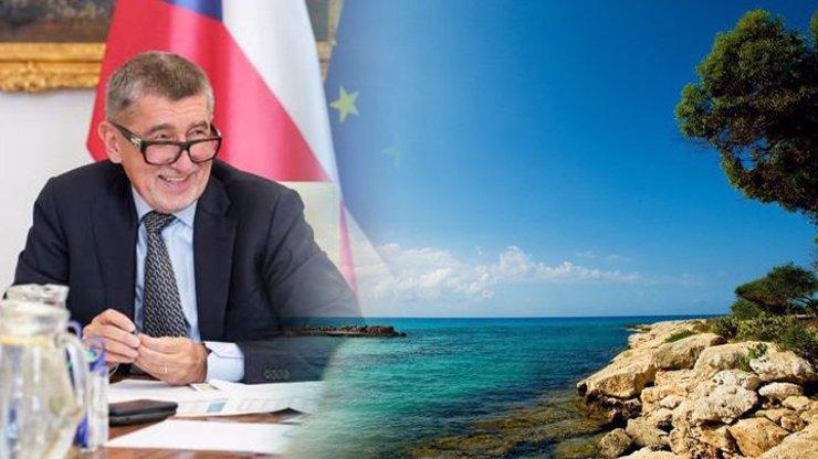 Premiér Babiš míří na dovolenou k moři. Káže vodu a sám pije víno, zuří lidé na sociálních sítích