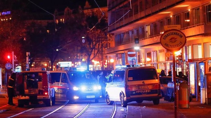 Krvavý útok na synagogu ve Vídni: Desítky výstřelů, výbušný pás a zranění