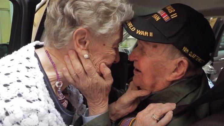 Zamilovali se během 2. světové války, po 75 letech se mohli konečně políbit