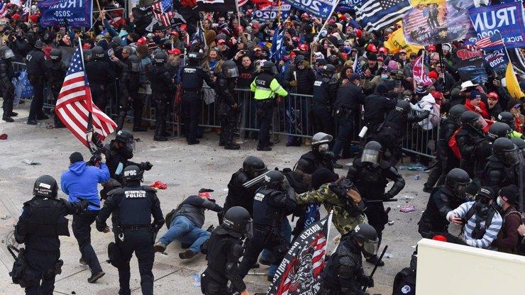 Pátá oběť středečních násilností v Kapitolu: Na následky zranění zemřel policista