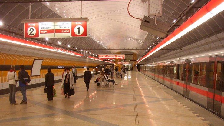 Tisíce lidí uvízly v metru: Začátek prázdnin zkomplikoval dopravu po celé Praze