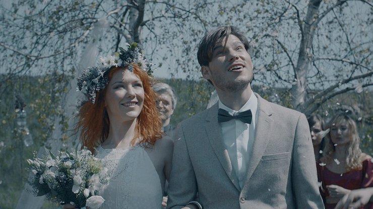 VIDEO: Rusovlasá zpěvačka Debbi se vdala! Má to ale háček!