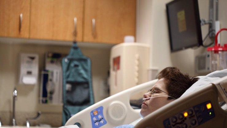 Ve Španělsku zemřela při porodu matka i dítě: Žena byla pozitivní na koronavirus