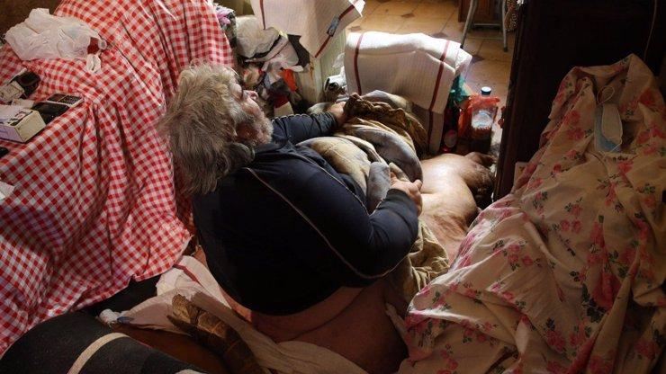 Nelehká situace: 300kilového muže vyprostil z domu jeřáb, musel do nemocnice