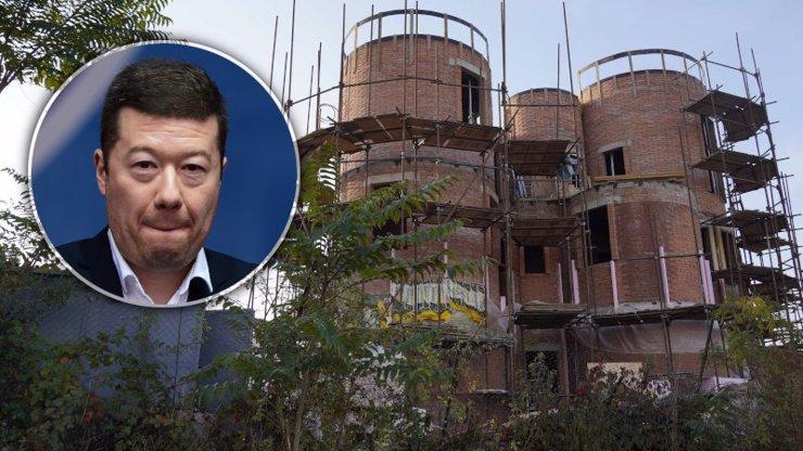 Tomio Okamura si staví haciendu za 20 milionů: Dělníci za 8 měsíců příliš nepokročili