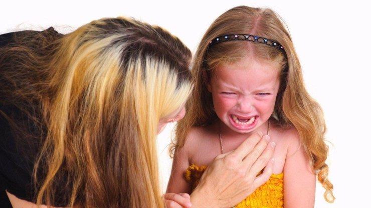 150kilová příbuzná potrestala holčičku tak, že si na ní sedla. Holčička se udusila!