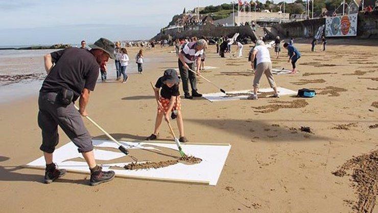 Devět tisíc maleb v písku: Podívejte se na nejoriginálnější vzpomínku na vojáky padlé během vylodění v Normandii
