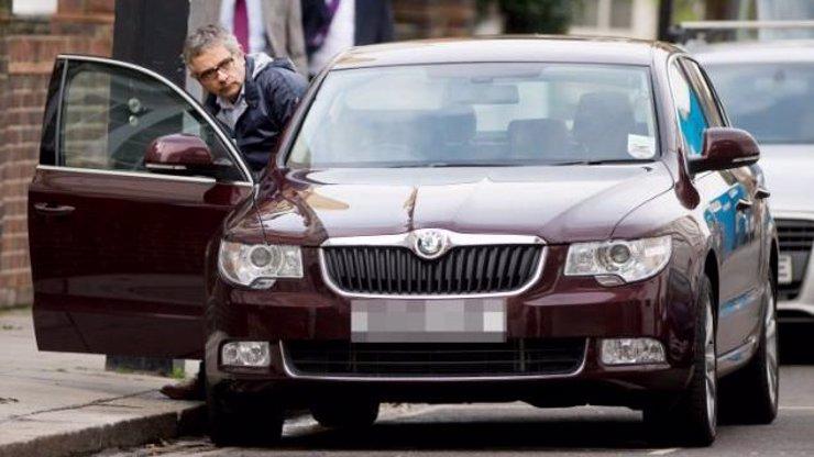Kdopak si to oblíbil zlaté české ručičky? Poznáte hvězdu, která namísto v drahých vozech jezdí ve škodovce?