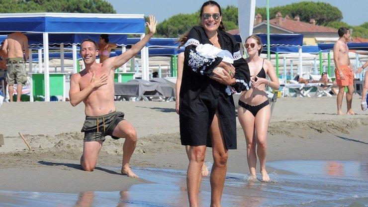 Šeredová vyrazila s Vivi na pláž: S partnerem Alessandrem střežili dcerku jako oko v hlavě