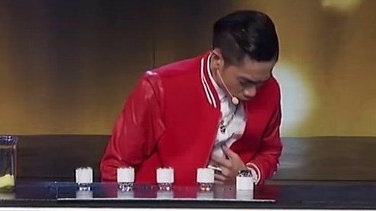 To je nářez! Ve vietnamském talentu vypil kouzelník v přímém přenosu omylem kyselinu!
