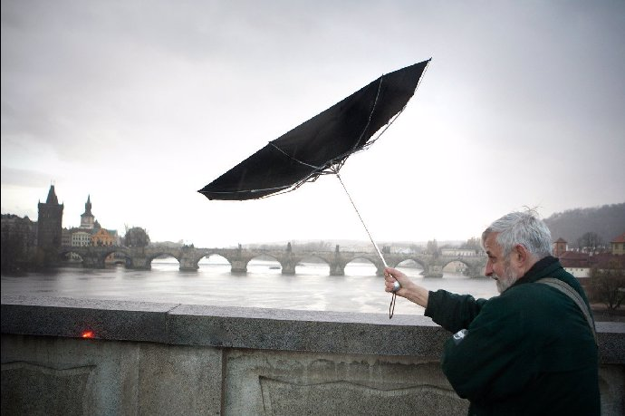 Výstraha: Zabezpečte okna, řítí se silné větry, deště a povodně!