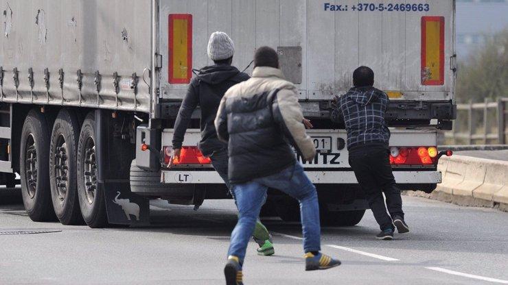 Na Uherskobrodsku vyskákali z kamionu migranti: Lhali o svém věku a zažádali o azyl