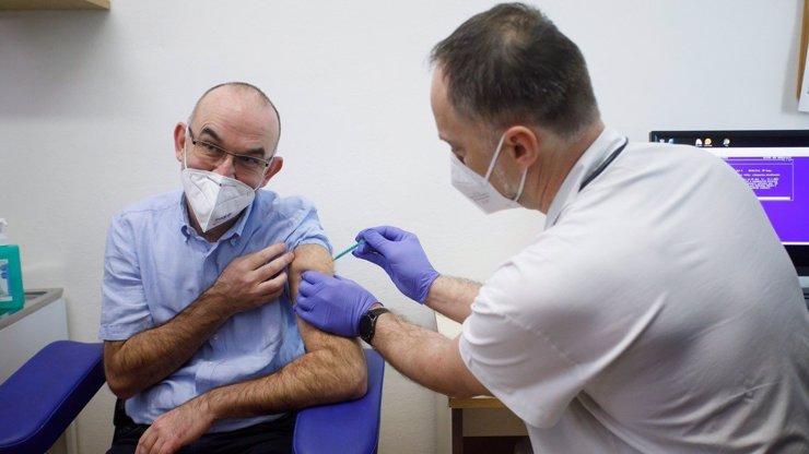 Česká vakcína: Vláda chce pokračovat ve vývoji. Je to naivní a nekompetentní, říkají kritici