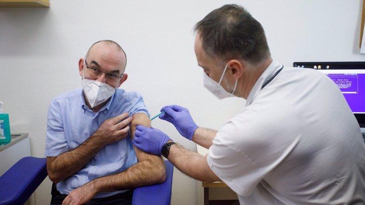 Ministerstvo schválilo využití šesti dávek z lahvičky vakcíny místo pěti: Cílem je naočkovat víc lidí