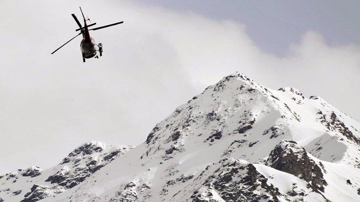 V Krkonoších spadla lavina: Žena skončila v nemocnici, dva muži utrpěli šok