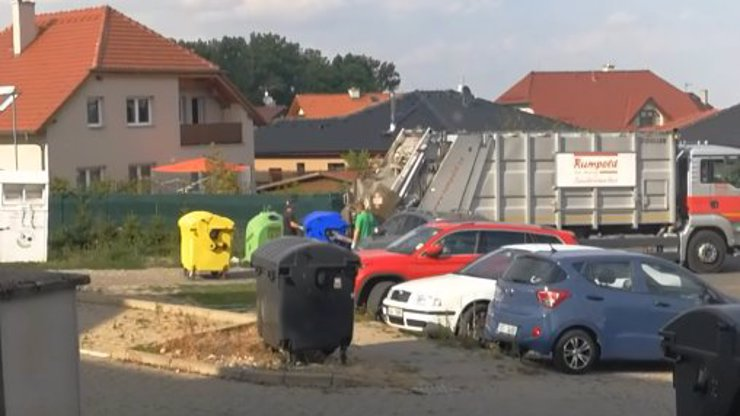 Obyvatele Chýně pobouřili popeláři, tříděný odpad sesypali do jednoho vozu: Video