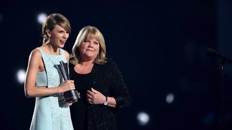 Taylor Swift si prochází peklem: Mamince Andree diagnostikovali zákeřnou nemoc