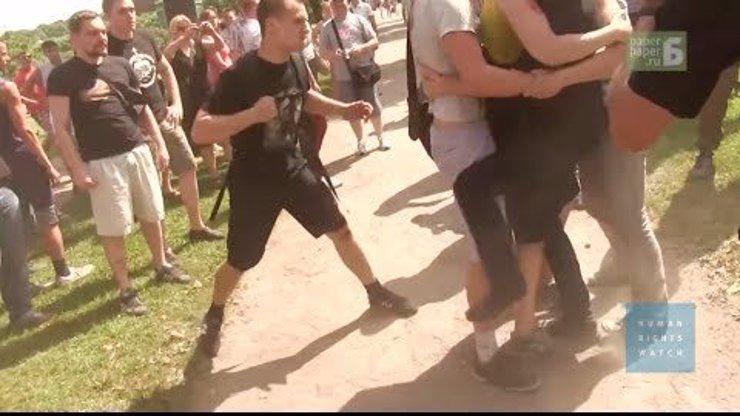 Z těchto záběrů se vám udělá zle! V Rusku mučí a ponižují gaye a lesbičky a ještě to natáčejí! A tam se odehrává olympiáda!