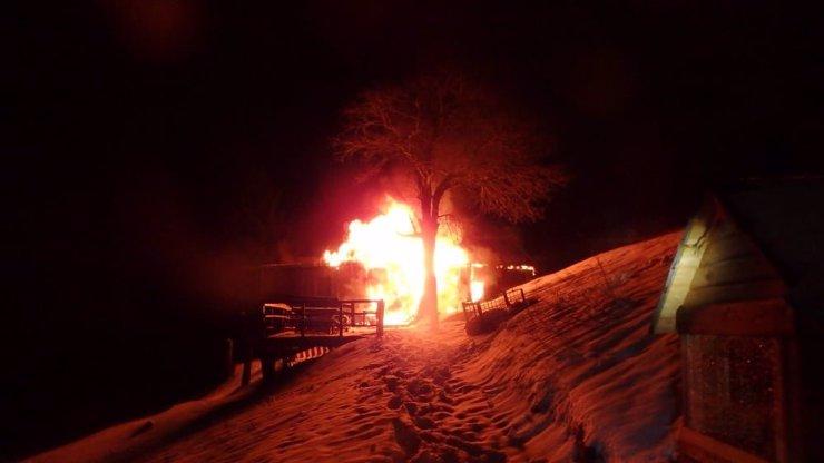 Plameny zachvátily horskou oblast v Krkonoších: Museli pomáhat místní s rolbou
