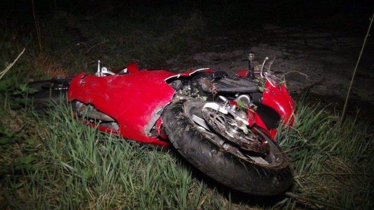 Opilý muž svezl vnuka na motorce, po nehodě ujel a dítě nechal na zemi