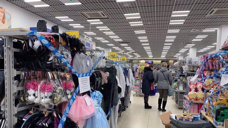 Obrazem: Jak vypadalo vymodlené znovuotevření obchodů s dětským oblečením a obuví