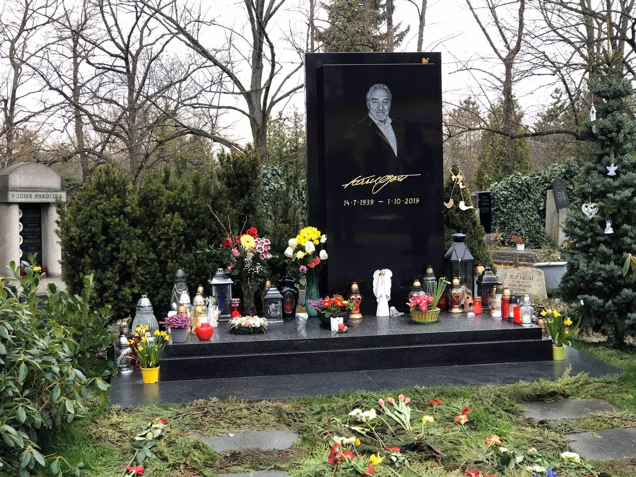 Hrob Mistra v obležení květin: Ivana Gottová děkuje fanouškům, přinesli jste Karlovi jaro