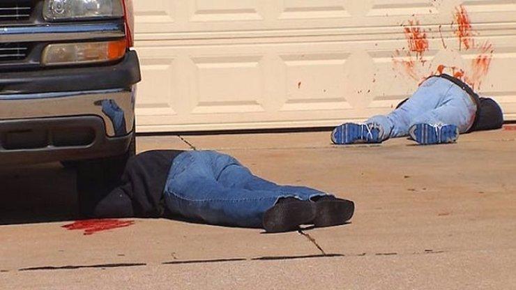 Halloween jak z hororu: Američan se rozhodl vyděsit své sousedy, naaranžoval kolem domu mrtvá těla