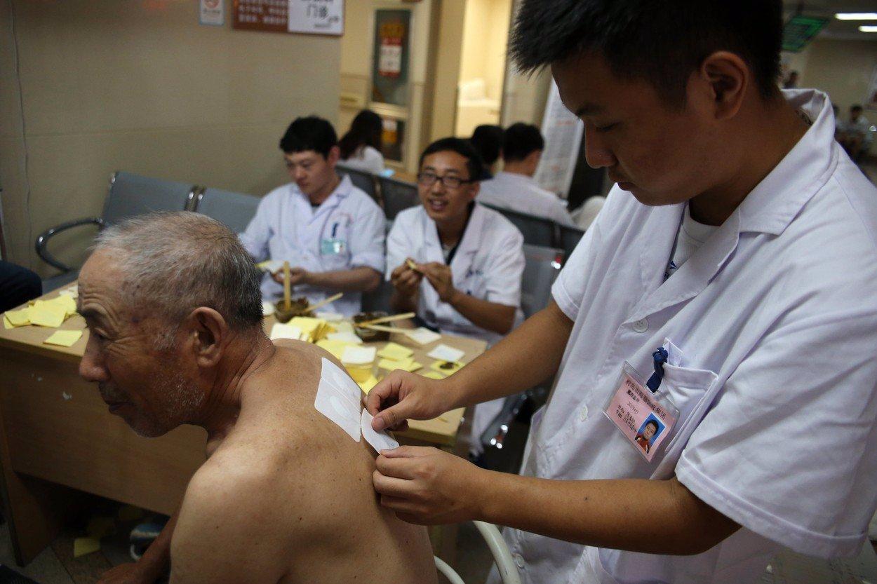 Z nákazy koronavirem se vyléčil stoletý Číňan: Doktoři použili i jiné léčebné metody