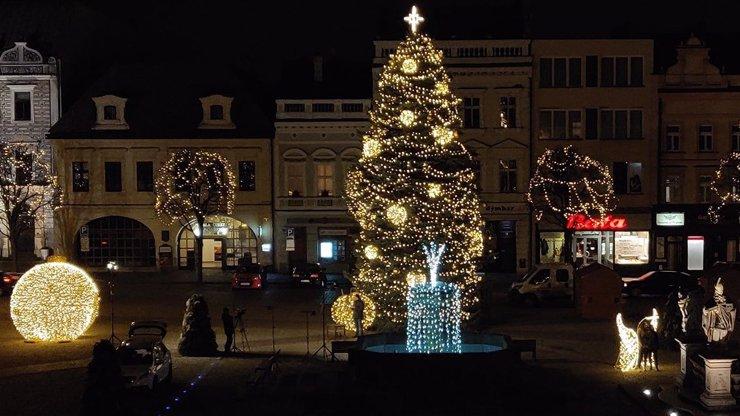 Vánoční stromek v Kolíně připomíná pánský klín: Padal jeden vtípek za druhým