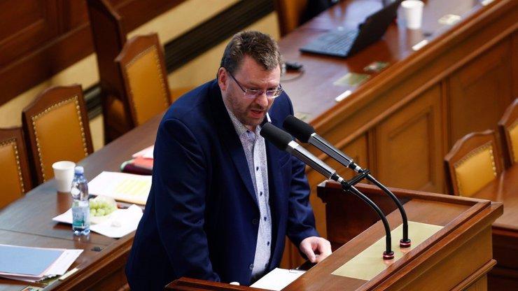 Bitva o Lipovskou: Flákanec Volný kvůli ní zdemoloval Sněmovnu, stejně ji odvolali