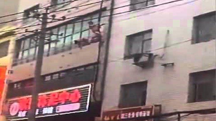 VIDEO: Manžel načapal v posteli ženu s milencem. Ten utíkal po okapu ze třetího patra!
