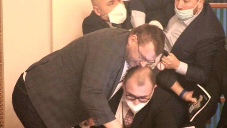Jako banda uličníků: Poslanci se porvali ve Sněmovně, za všechno mohla rouška