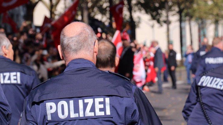 Migranti boří Frankfurt: Na náměstí zaútočili na policisty, zasypali je lahvemi a kamením