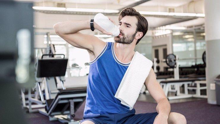 Muž pil měsíc každý den skoro 4 litry vody: Co to s ním udělalo?