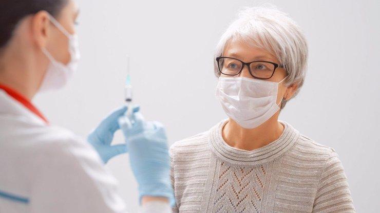 Pochybnosti o účinnosti vakcíny: 14 seniorů se i přes očkování nakazilo britskou mutací