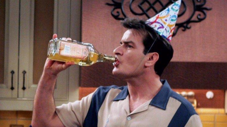 Alkohol ho málem připravil o život: Charlie Sheen se omlouvá za své hříchy