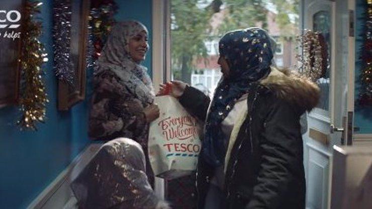 Tesco dalo do vánoční reklamy muslimy, zákazníci se bouří! Co jí říkáte vy?