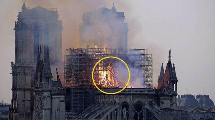 V plamenech vysvitla naděje: Lidé na fotce z hořící katedrály Notre-Dame VIDÍ JEŽÍŠE