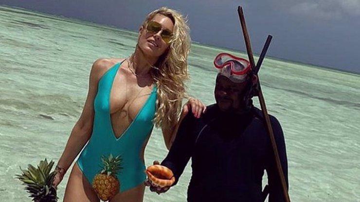 Simona Krainová dovádí na Zanzibaru: Její ananas v klíně nenechal nikoho chladným