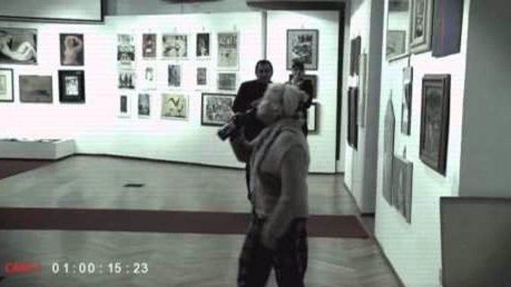 Tohle musíte vidět: Internet drtí neuvěřitelné video s drzou českou důchodkyní v galerii!