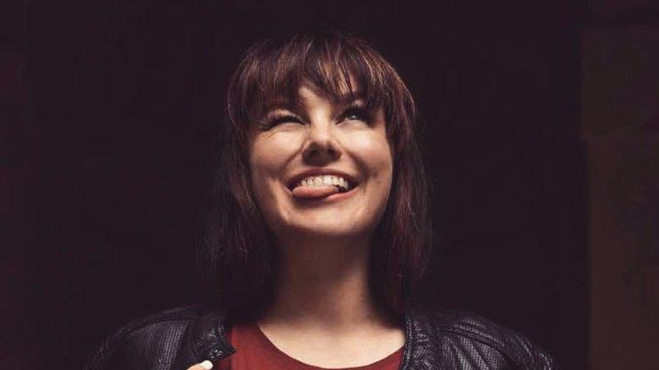 Ewa Farna šla s kůží na trh jen v košilce: Fanoušci jí za to vysekli velikou poklonu