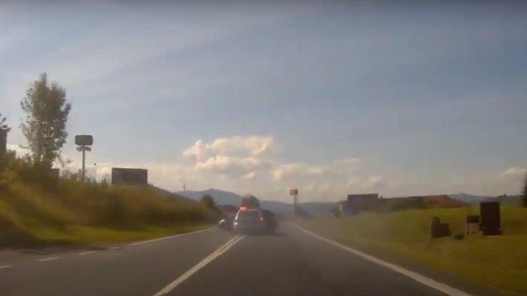 Zběsilá honička: Zfetovaný řidič ujížděl autem před policií, ta do něj nabourala