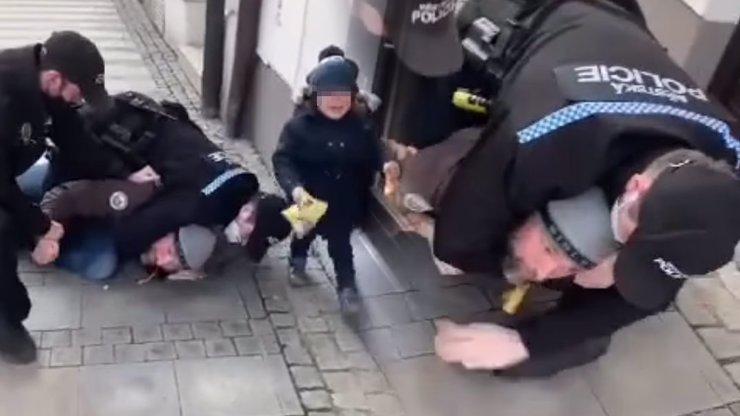 Brutální zásah strážníků na otce bez roušky: Vystrašený syn plakal a volal maminku
