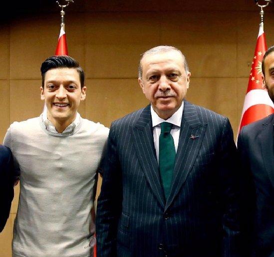 Turecký lízač sklízí nenávist německých fanoušků: Za prohru s Mexikem může Mesut