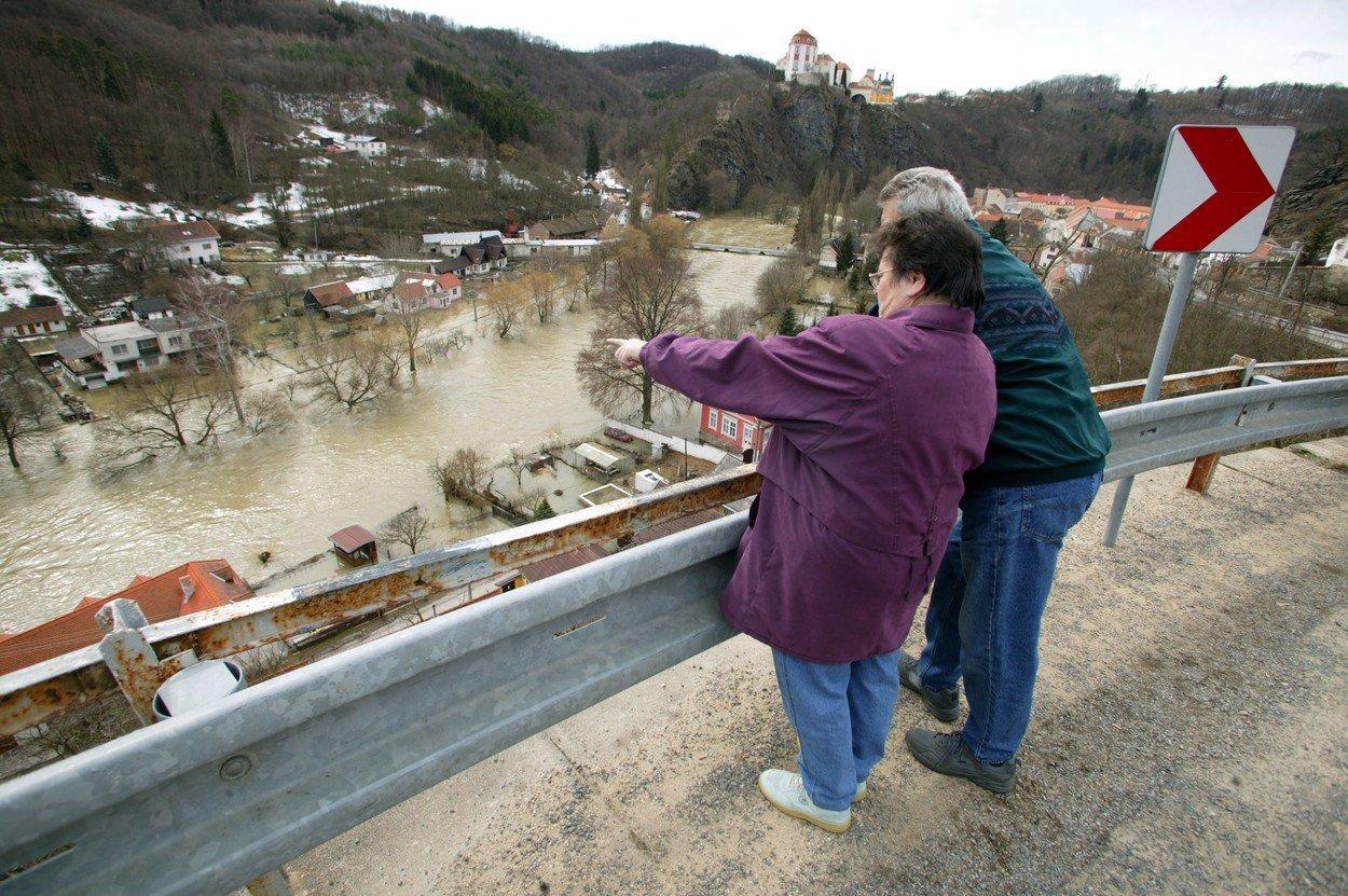 SNĚHOVÁ KALAMITA přináší další problémy: Výstraha před povodněmi!